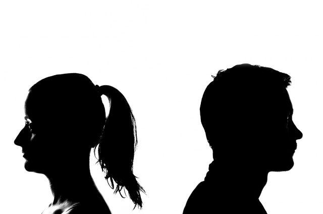 סכסוך הגירושין, התלונה במשטרה ותביעת הדיבה