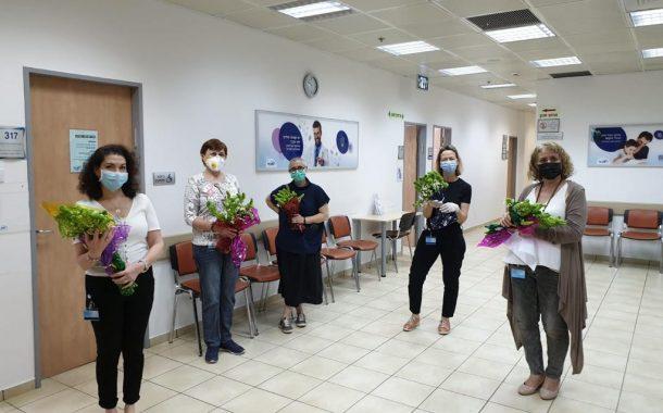 מכבי במבצע חלוקת זרי פרחים לניצולי שואה עריריים באשקלון