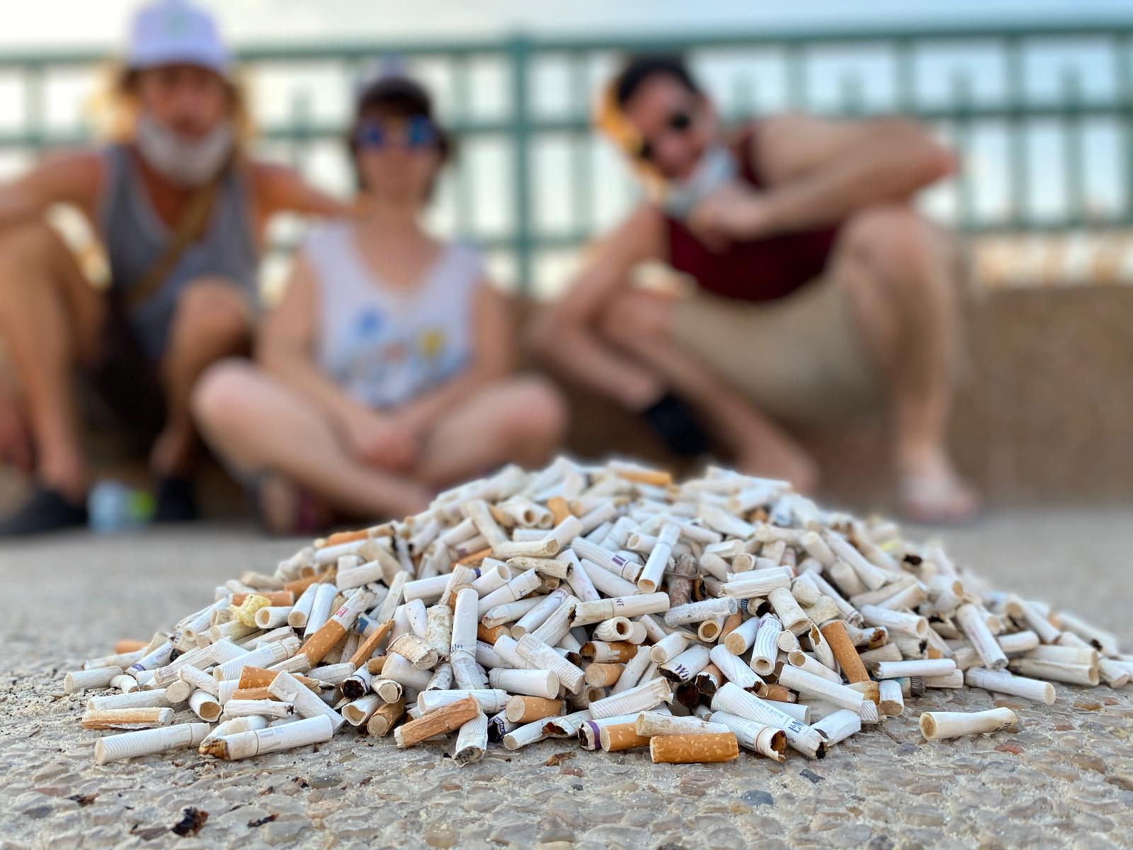 מבצע איסוף בדלי סיגריות של מזהמים סביבתיים